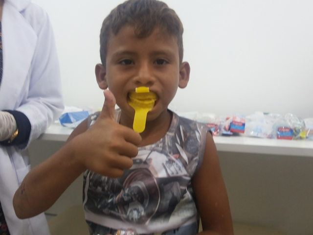 O pequeno Vitor Mateus gostou da primeira aplicação de flúor. Fotos: Cássia Lima