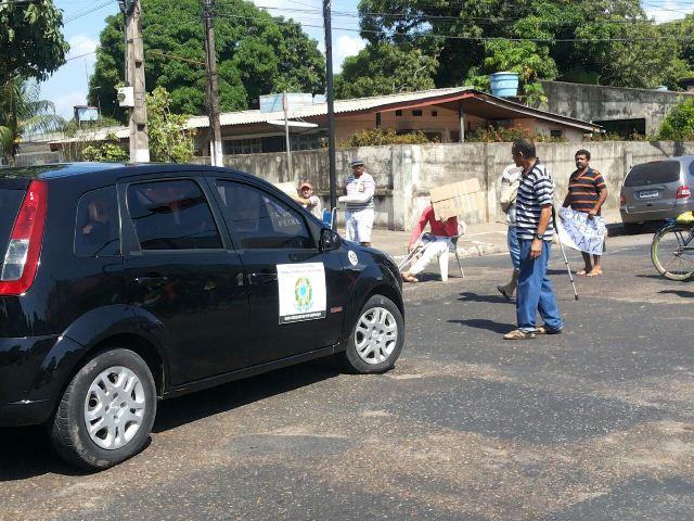 Manifestante impede passagem de carro
