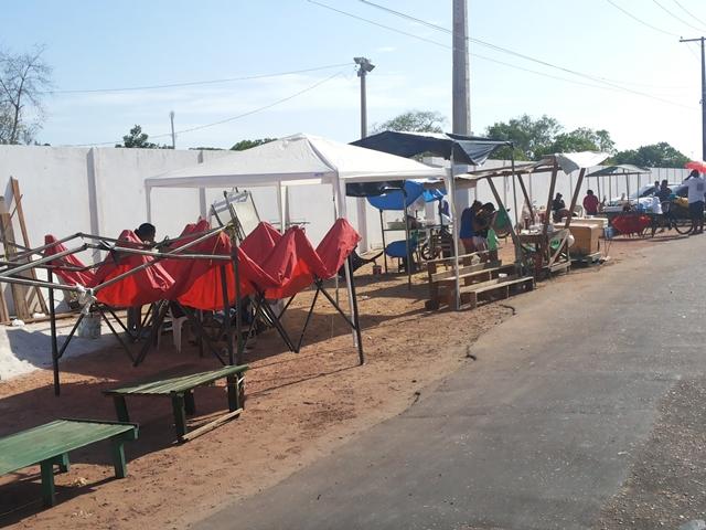 Barracas sendo montadas em frente ao cemitério de São José. Fotos: Cássia Lima
