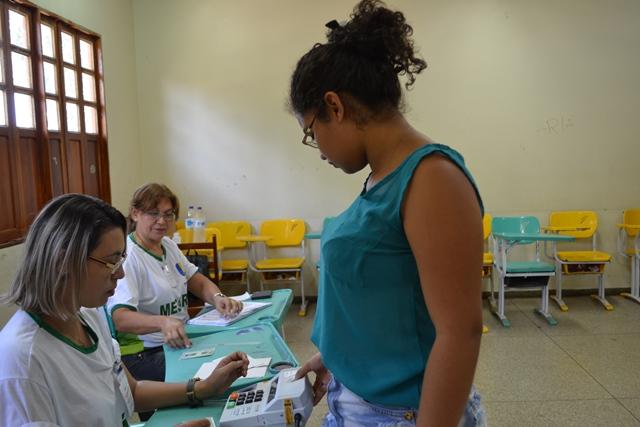 Eleitora é recebida por mesários no domingo: média histórica alta em Macapá