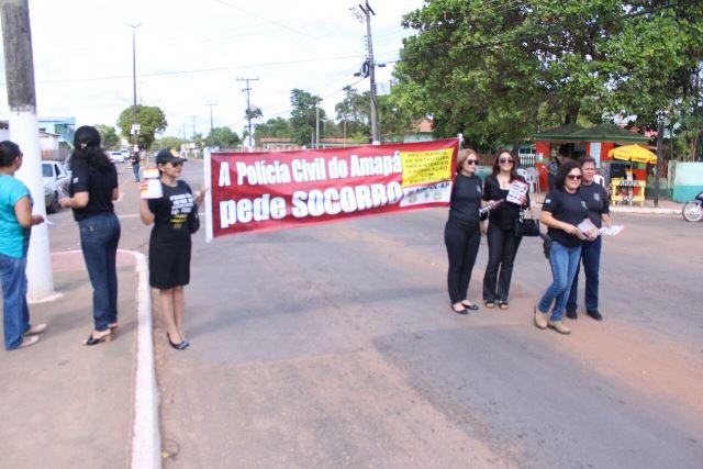 Policiais ocuparam um lado da rua para informar população dos problemas vividos na delegacia