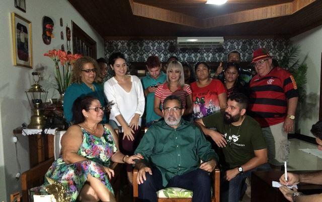 Candidato acompanhou apuração em sua residência, com familiares e amigos. Foto: Ascom