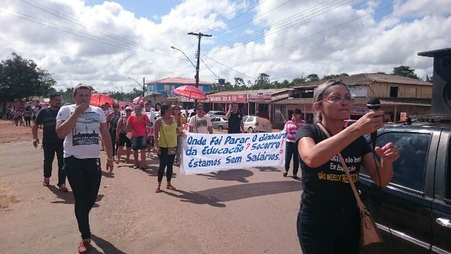 Professores também protestaram contra salários atrasados