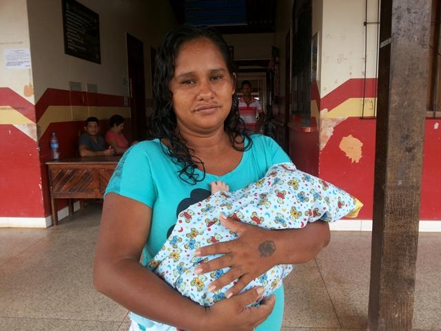 Lívia acordou cedo para evitar filas e o sol forte no bebê