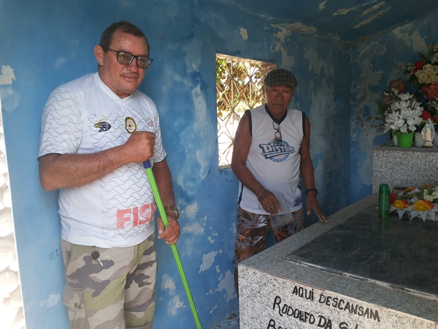 Maranhão e Guida limpando sepultura