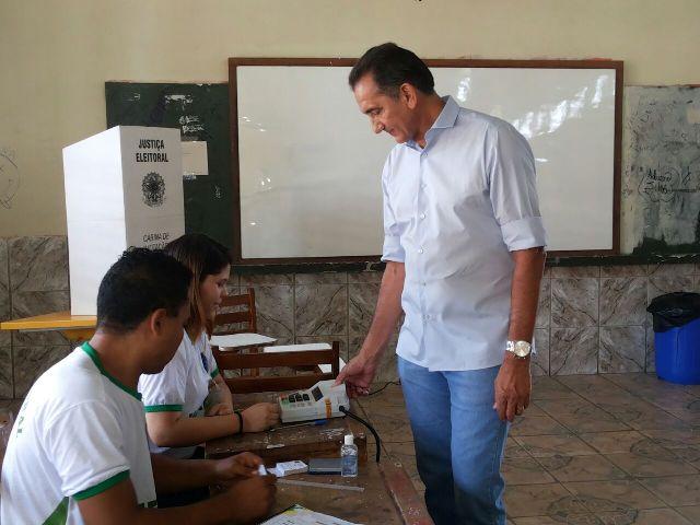 Governador se identifica aos mesários antes de votar
