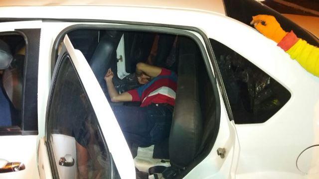 Um dos passageiros ficou preso no banco de trás