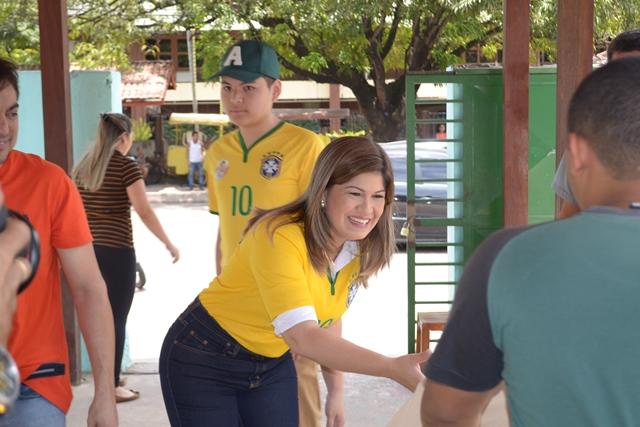 Aline cumprimenta eleitor acompanhada do marido e dos filhos. Fotos: André Silva