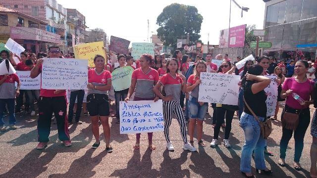 Cansados, professores e alunos decidiram realizar o protesto. Fotos: Valdeí Balieiro