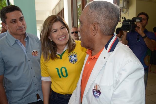 Ex-prefeito conversa com Aline Gurgel depois de votar. Fotos: André Silva