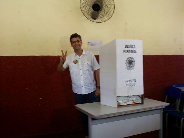 Clécio faz a tradicional pose ao votar