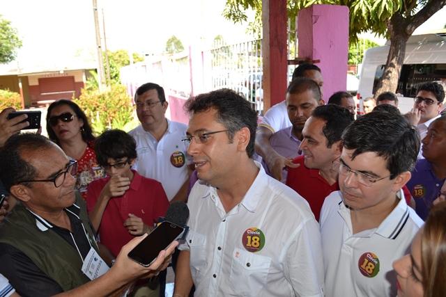 Candidato à reeleição acompanhado do senador Randolfe Rodrigues