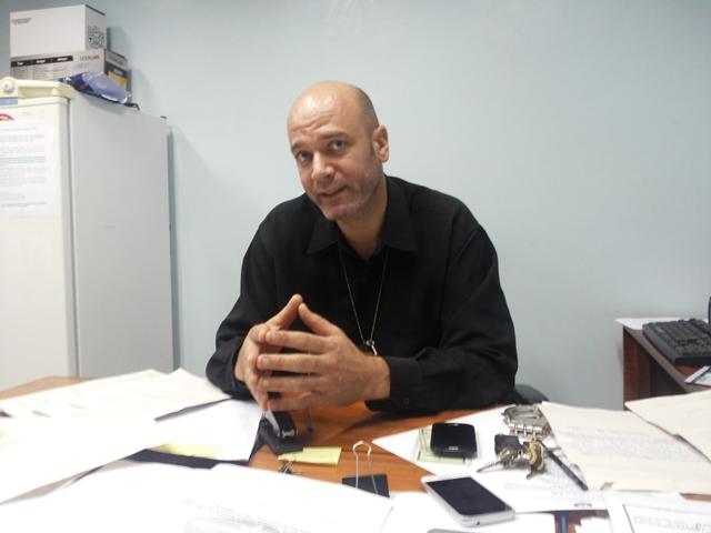 Delegado Glemerson Arantes pede que qualquer informação do foragido seja repassada para o 190. Foto: Cássia Lima