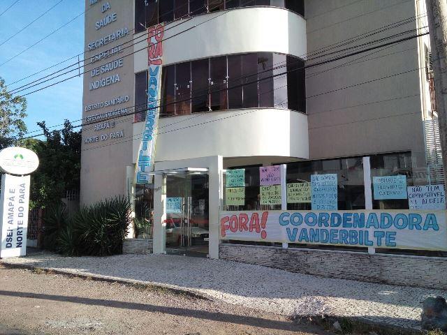 Na entrada do prédio, faixas e cartazes pedem exoneração da coordenadora do órgão. Fotos: André Silva