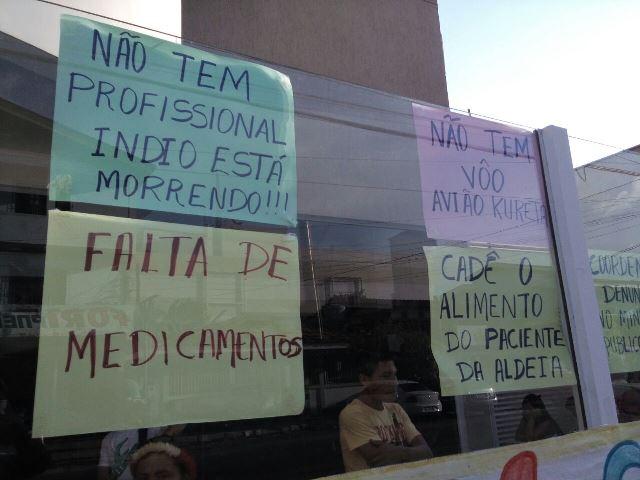 Cartazes denunciam problemas vividos