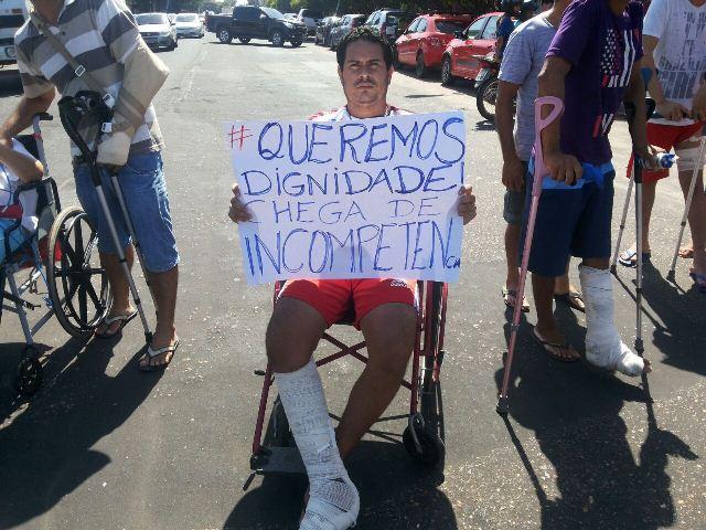 Paciente segura cartaz com frase de protesto. Fotos: Cássia Lima