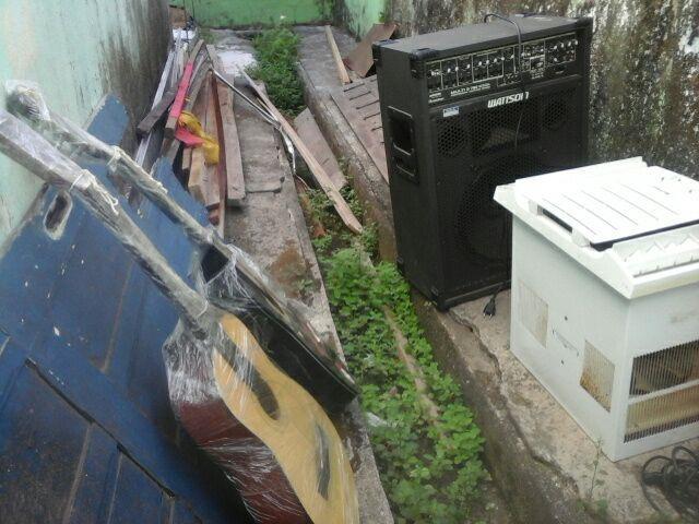 Instrumentos musicais abandonados por bandidos assustados com a chegada da PM, na Escola Araçari Alves, P.Socorro
