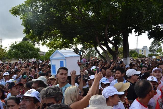 Mais uma casa no meio da multidão