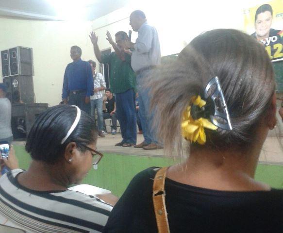 Gilvam faz oração no encontro com eleitores interessados nos lotes