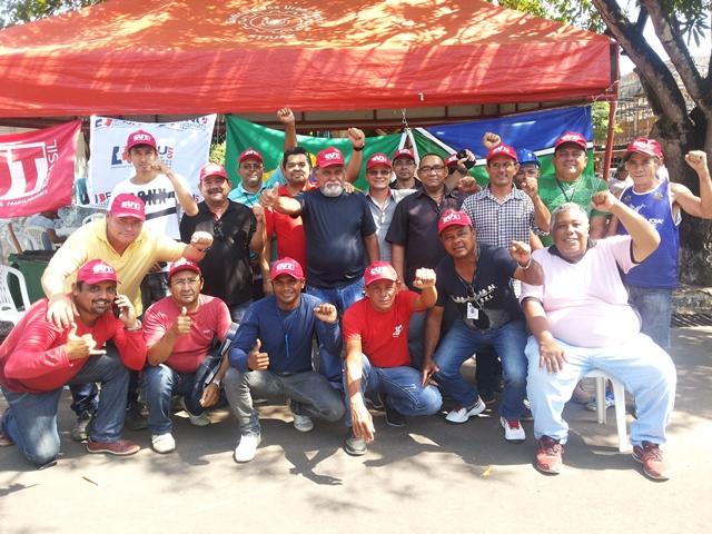 Grevistas posam para foto em frente ao prédio da Caesa: planos de saúde e vale alimentação. Fotos: Cássia Lima