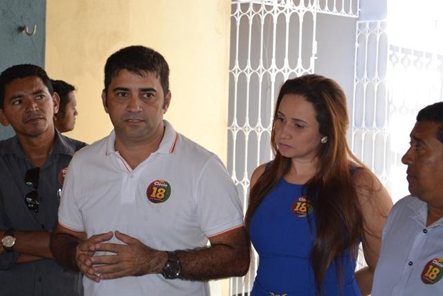 Prefeito de Laranjal do Jari, Márcio Serrão, ao lado da esposa e vereadora Aline Serrão