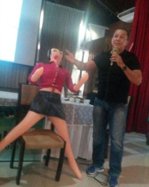 Boca inflável ajuda na demonstração de uso da camisinha feminina