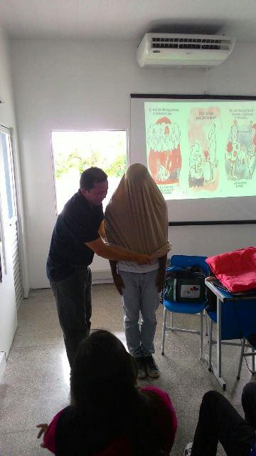 Camisinha gigante: maneira didática e engraçada de ensinar que funciona. Foto: Arquivo pessoal