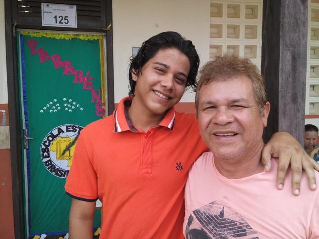 Alex Queiroz chegou ao local de votação junto com o pai. Fotos: André Silva