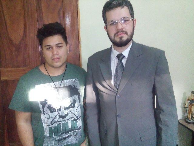 Tatuador ao lado do advogado Alexandre Oliveira: receptação culposa
