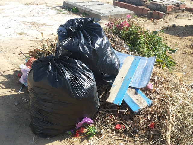 Montes de lixo ainda são encontrados dentro do cemitério