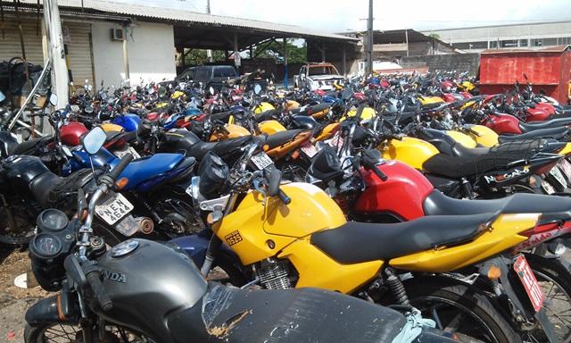 Motos e carros clandestino no pátio. Fotos: Olho de Boto