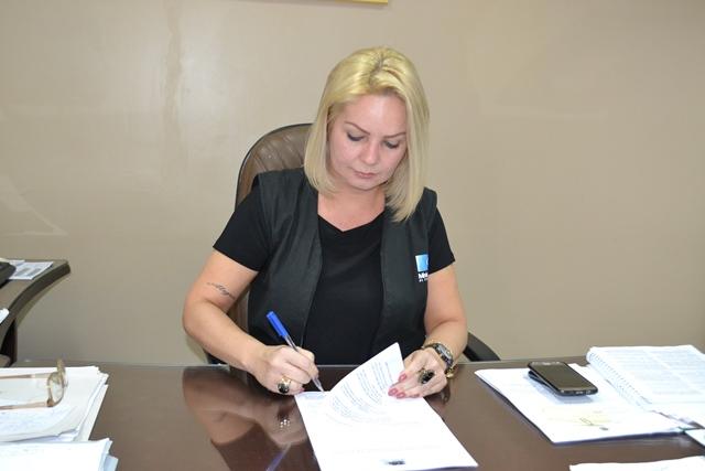 Promotora assina ação contra candidato Gilvam Borges. Foto: Seles Nafes