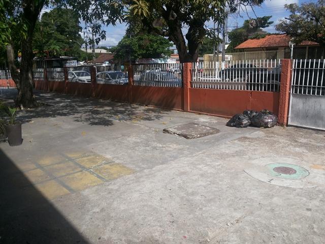 Muro baixo da escola ajuda na ação de criminosos