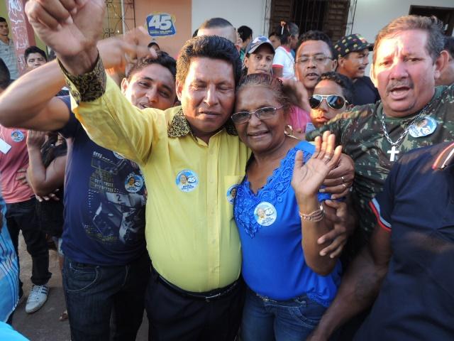 Nova prefeitura comemora ao lado de militante. Fotos: Humberto Baía