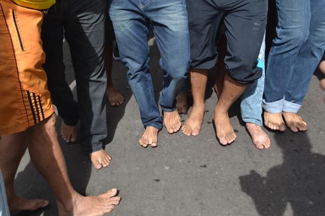 Não é fácil andar descalço no asfalto de Macapá