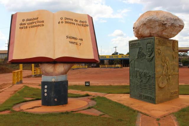 Monumentos ao Cristianismo e mineração, no centro de Pedra Branca: reação
