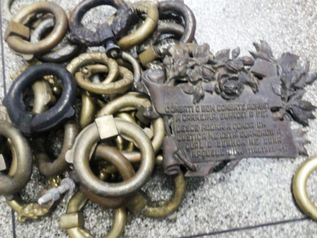Lápide junto com as argolas: tudo de bronze. Fotos: Cássia Lima