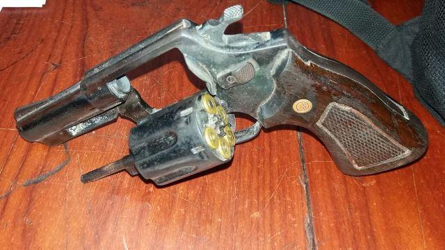 Arma apreendida com Elielson. Fotos: Olho de Boto