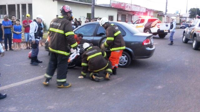 Equipe do Corpo de Bombeiros verifica situação do motociclista...