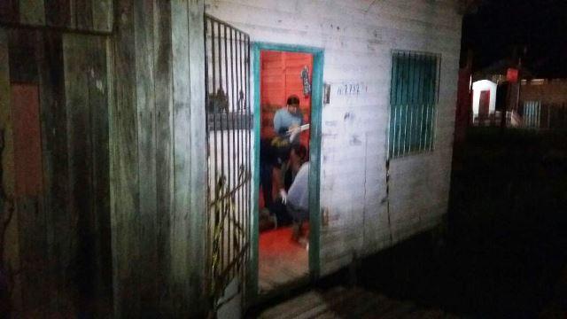 Peritos analisam cena do crime, a sala da casa de Mosquito. Fotos: Olho de Boto