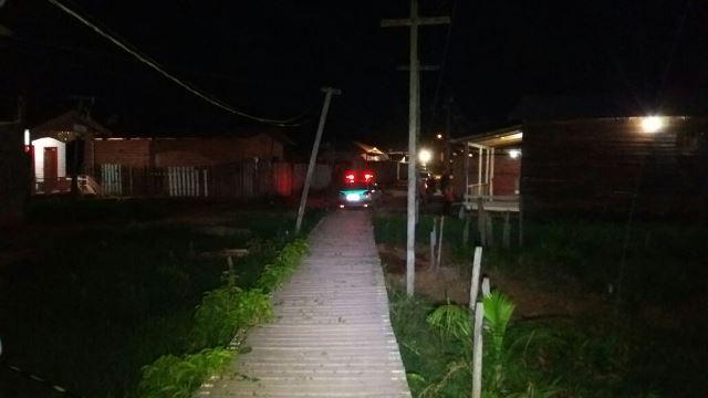 Dupla caminhou pela ponte até a casa de Mosquito