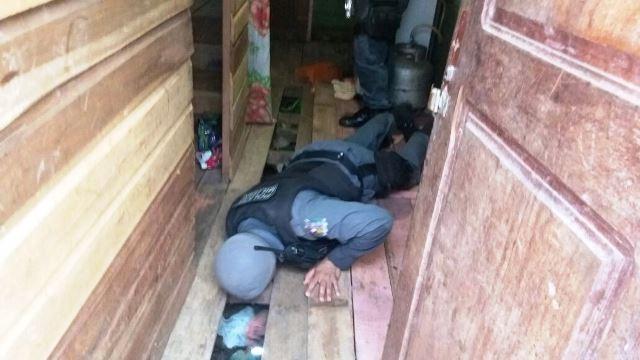 Sequência mostra policiais encontrando as drogas....