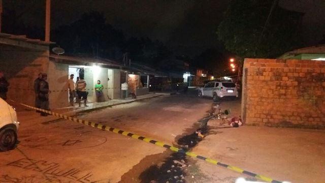 Testemunhas disseram ter visto a vítima chutando o portão da casa. Fotos: Olho de Boto