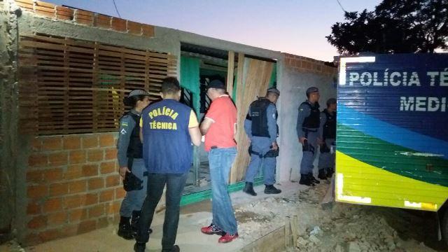 Porta da casa foi arrombada por dois homens encapuzados. Fotos: Olho de Boto