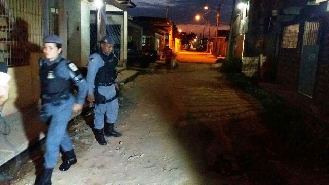 Policiais militares foram até o local onde acontecia uma festa, mas a rua já estava deserta. Fotos: Olho de Boto