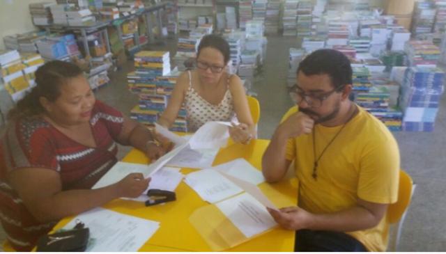Comissão avaliadora da primeira etapa analisam textos dos alunos da Escola Mário Quirino. Foto: arquivo