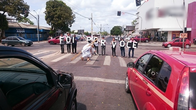 Cruzamento no centro de Santana: lembrança do sacrifício de Cristo durante o sinal vermelho. Fotos: Valdeí Balieiro