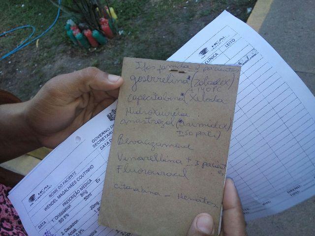 Mulher mostra lista de medicamentos que faltam e pacientes na fila