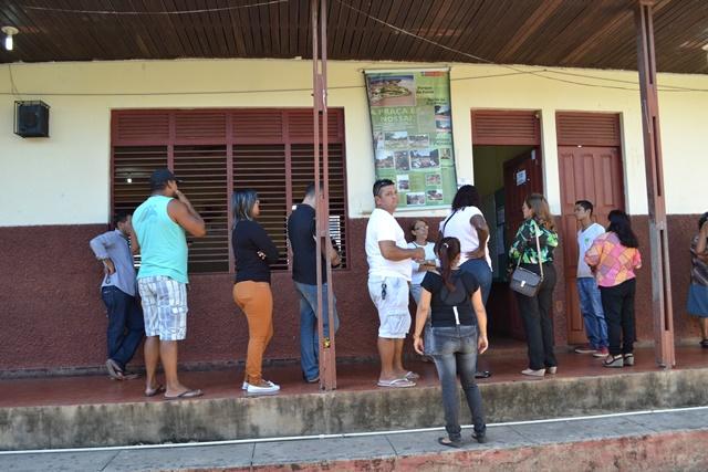 Fila na escola José de Anchieta, no Santa Rita. Urna apresentou problema e foi rapidamente substituída. Fotos: Cássia Lima