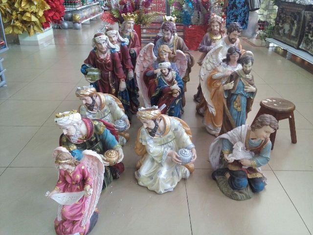 Presépio gigante é opção de ornamento em uma loja do centro